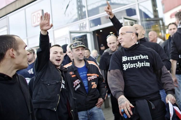 Nazis und Hooligans gegen Salafisten