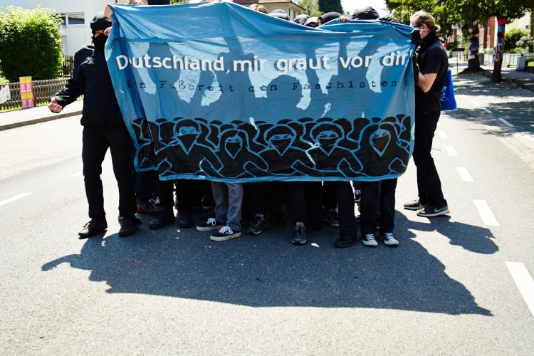 Antifaschisten gelingt es, trotz hermetischer Abriegelung auf die rechten Demoroute zu gelangen. Werden aber schnell von der Polizei abgedrängt.