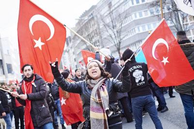 Türkische Rechtsextremisten marschieren in Dortmund auf